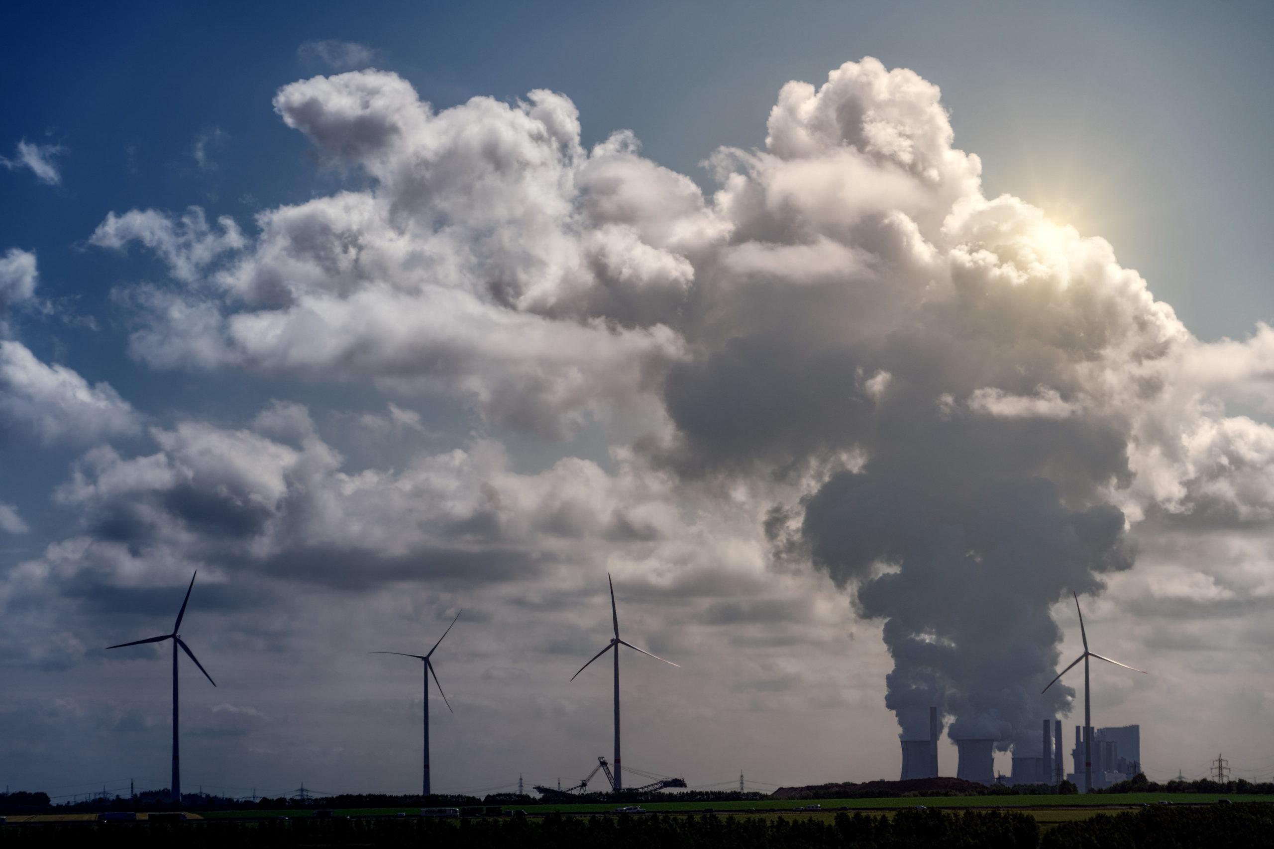 Eoliennes au premier plan et centrale au charbon à l'arrière plan
